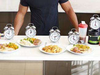 Sportif qui prépare des repas équilibrés pour toute la journée