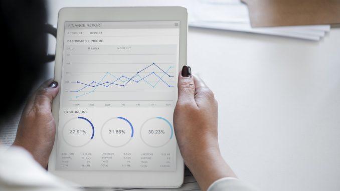 femme regardant des statistiques sur une tablette