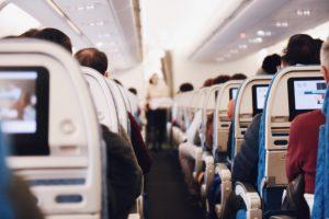 Allée centrale avion avec rangées de sièges des passagers