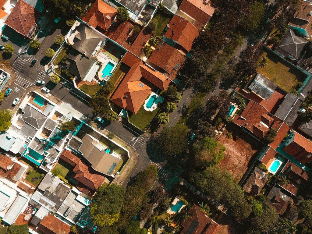 Un quartier résidentiel avec piscine vue de haut