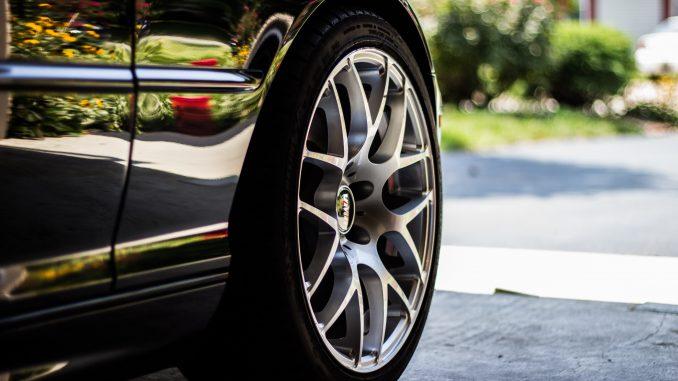 Zoom pneu belle voiture noire