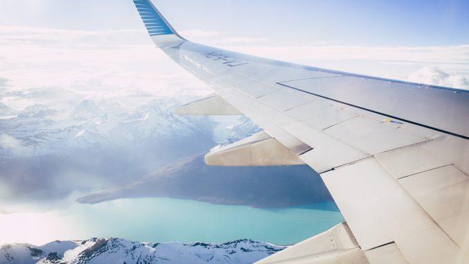 Aile avion au dessus d'un lac en journée
