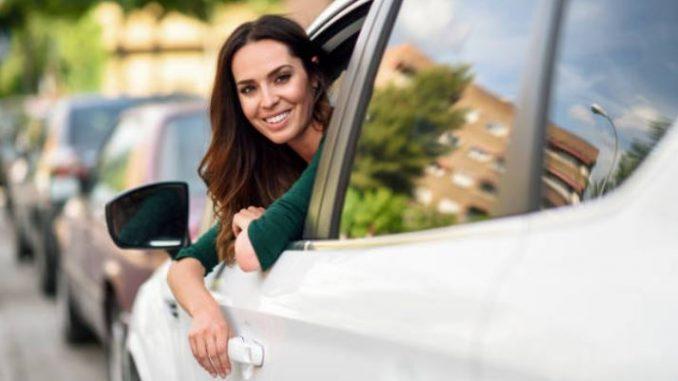 femme-volant-conduite-jeune-permis-conduire-route-voiture-blanche