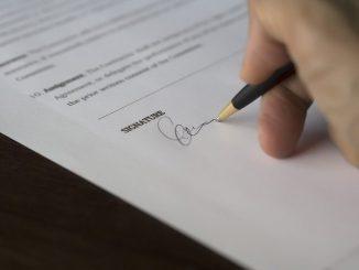 personne qui rempli un document administratif